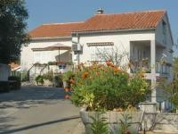 Rooms & Apartments Kvasić - Dvokrevetna soba s bračnim krevetom i popločanim dijelom dvorišta - Sobe Krk