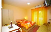 Apartments Ljubica - Trokrevetna soba s vlastitom kupaonicom izvan sobe - Sobe Makarska