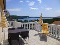 Apartments Villa Rosmarin - Apartment mit 1 Schlafzimmer, Terrasse und Meerblick - Ferienwohnung Omisalj