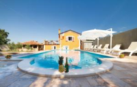 Holiday Home Vanessa - Five-Bedroom House - island brac house with pool