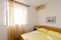 Guest House Marija Lapad - Dvokrevetna soba s bračnim krevetom i vlastitom vanjskom kupaonicom - Sobe Stari Grad